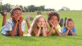 Cztery szczęśliwego dziecka na zielonej trawie zdjęcie wideo
