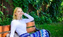 Czuć swobodnie i relaksujący Kobiety blondynki wp8lywy przerwa relaksuje w parku Dlaczego ty zasługujesz przerwę Sposoby ono dawa zdjęcie royalty free
