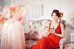 Czuła dziewczyna blisko baletniczej sukni fotografia royalty free