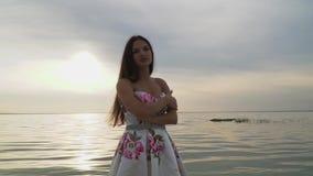 Czuła dziewczyna w pięknej długiej sukni na rzece zdjęcie wideo