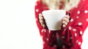 Czuła piękna dziewczyna trzyma kubek herbata w Bożenarodzeniowym pulowerze w ona ręki zdjęcia stock