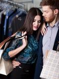 Czuła zadziwiająca para jest w sklepie Zdjęcia Stock