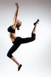 Czułość, gracja, melodia i klingeryt gimnastyczna dziewczyna, Ozdabia skok w powietrzu ładna młoda dziewczyna Obrazy Royalty Free