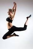 Czułość, gracja, melodia i klingeryt gimnastyczna dziewczyna, Ozdabia skok w powietrzu ładna młoda dziewczyna Fotografia Royalty Free