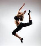 Czułość, gracja, melodia i klingeryt gimnastyczna dziewczyna, Ozdabia skok w powietrzu ładna młoda dziewczyna obrazy stock