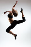 Czułość, gracja, melodia i klingeryt gimnastyczna dziewczyna, Ozdabia skok w powietrzu ładna młoda dziewczyna Zdjęcie Royalty Free