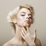 Czułostkowość. Naturalna blondynki kobieta dotyka jej Czystą twarz. Pampering zdjęcie stock