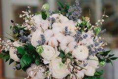 Czuły ślubny bukiet róże, jaskier, lawenda i bawełna, obraz stock