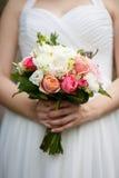 Czuły bukiet róże w panny młodej ` s rękach Obraz Stock