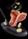 Czuły chudy kość stek unosi się w powietrzu fotografia royalty free