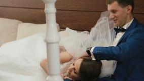 Czuły moment szczęśliwa ślub para relaksuje na kanapie w rocznik kawiarni Dnia Ślubu pojęcie zdjęcie wideo