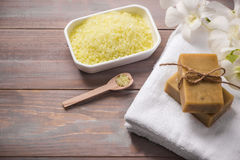 czuciowego pokojowego relaksu ustalony zdrój Handmade, naturalny organicznie mydło, i biała orchidea na wo obraz stock