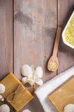 czuciowego pokojowego relaksu ustalony zdrój Handmade, naturalny organicznie mydło, i biała orchidea na wo zdjęcie stock