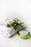 czuciowego pokojowego relaksu ustalony zdrój Masuje olej, ręcznika, morze sól i świeczki, Obrazy Stock