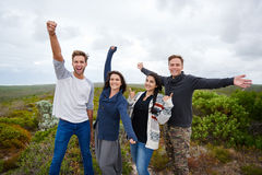 Czuciowy szczęśliwy z przyjaciółmi outdoors w naturze zdjęcie stock