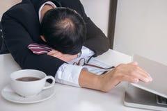 Czuciowy zmęczony i zdegustowany, biznesmen udaremniał res i stres obrazy stock