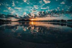CZUJE niebieskie niebo ZA chmurami obrazy stock