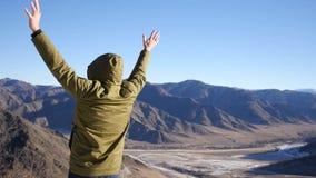 Czuje wolność pozycja na górze góry, przeciw tłu góry i doliny Zwolnione tempo, 1920x1080 zdjęcie wideo
