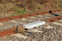 Czujnik sygnalizuje przejście pociąg aktywować alarm przy drogowym skrzyżowaniem na kolejowym śladzie Kopiec prostacki żwir fotografia royalty free