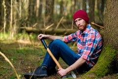 Czujny lumberjack na wakacje blisko drzewa obrazy stock