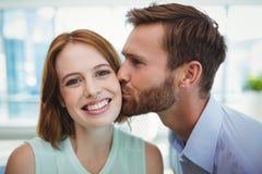 Czule mężczyzna całowania kobieta zdjęcie royalty free