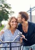 Czule młody człowiek całuje jego dziewczyny zdjęcie stock