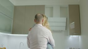 Czule para w miłości spaja w nowym domu zbiory wideo