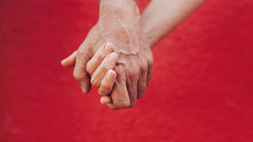 Czule pary mienia ręki Zdjęcie Royalty Free