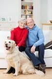 Czule starsza para z ich psem fotografia stock
