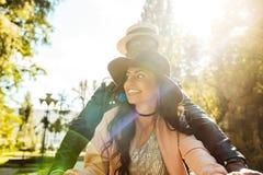 Czule wielokulturowy odprowadzenie wpólnie w parku w a zdjęcie royalty free