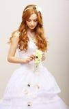 Czułość & romans. Czerwona Włosiana panna młoda z Świeżymi kwiatami w zadumie. Ślubny styl Zdjęcia Royalty Free