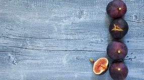 Czupirzy owoc na popielatym błękitnym nieociosanym drewnianym tle, Obraz Stock