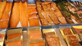 Czyścić dymił Norweskiego łososia, spiced i, przy rybim rynkiem w Bergen, Norwegia pojedynczo pakującego i pakującego zdjęcie stock