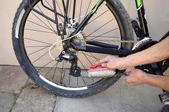 Czyścić roweru łańcuch z muśnięciem obrazy royalty free