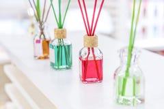 Czyści, higiena, aromatherapy i zdrowie, Fragrant lotniczy freshener w szkle zgrzyta z kijami dla domu i pokojów z różnymi zapach zdjęcie stock
