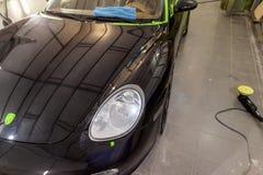 Czyścić i utrzymanie po czarny samochód przy stacją byliśmy zdjęcie royalty free