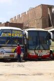 Czyścić okno autobus w Chiclayo, Peru Fotografia Royalty Free