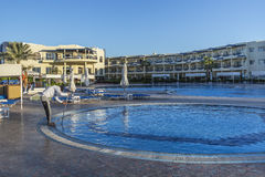 Czyścić pływackiego basenu przy rankiem Zdjęcia Royalty Free