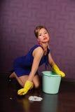 czyścić podłogowa gospodyni domowa zdjęcie stock