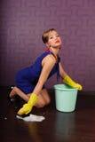 czyścić podłogowa gospodyni domowa zdjęcia royalty free