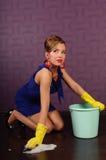 czyścić podłogowa gospodyni domowa zdjęcia stock