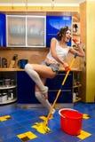 czyścić podłogowa kobieta obraz royalty free