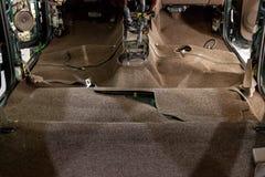 Czyścić przywrócenie car's podłogowy nakrycie i salon przy stacja obsługi z fachowymi narzędziami, obraz stock
