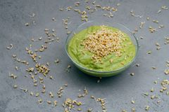 Czyści łasowania i detox pojęcie Zielony weganinu smoothie w pucharze Odrośnięci ziarna wokoło Zdrowy zielony organicznie surowy  fotografia royalty free