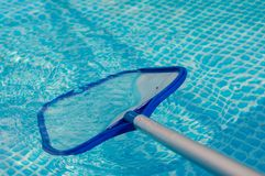 Czyści basen z brailer obrazy stock