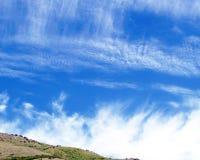Czyści Białe chmury na niebieskie niebo kanwy tle Zdjęcie Stock
