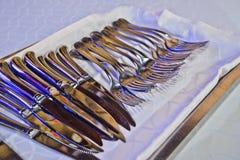 Czyści cutlery przygotowywającego dla restauracyjnego wyposażenia Obraz Stock