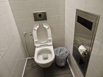 Czyści dobrze utrzymującą toaletę przy lotniskiem Biała toaleta, kubeł na śmieci zdjęcie royalty free