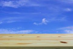 Czyści drewnianego stołowego przedpole z niebieskim niebem i Chmurnieje tło, pusty astronautyczny miejsce produkt zdjęcia royalty free