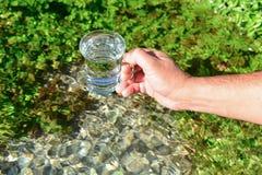Czyści i zimna wiosny woda obrazy stock